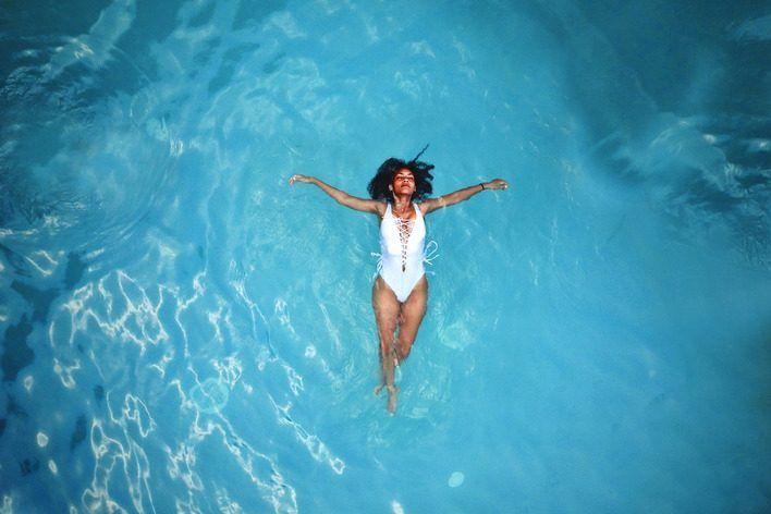 Feszített víztükrű medence